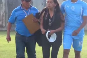 Durante un partido en Perú intentó grabar una pelea entre jugadores, pero fue golpeada. Foto:YouTube. Imagen Por:
