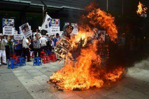 En donde también quemaron banderas y figuras con la cara de Kim Jong-un Foto:AFP. Imagen Por: