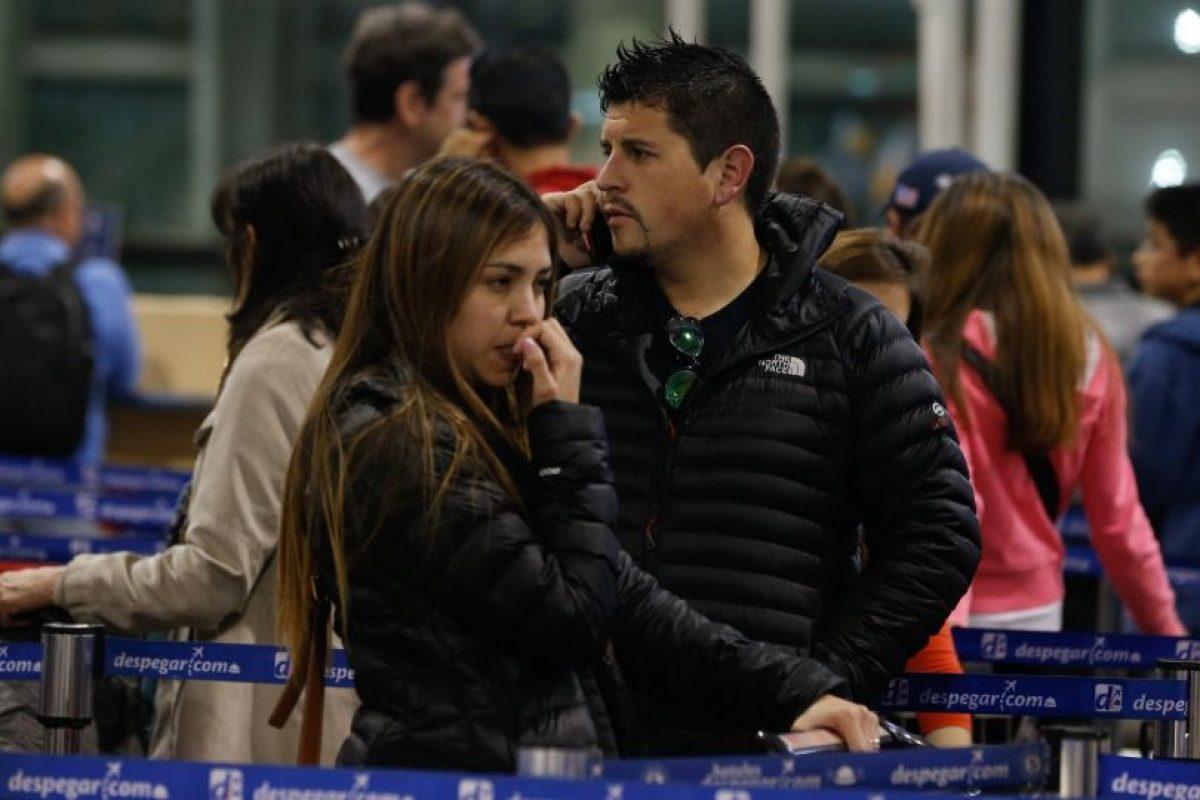 Pasajeros llegaron antes de la hora tope para intentar abordar los vuelos. Foto:Agencia Uno. Imagen Por: