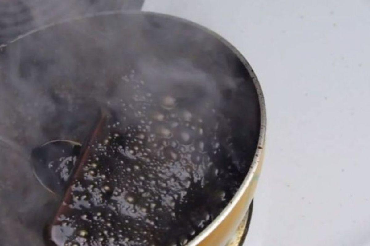 El líquido se comenzó a hacer espeso. Foto:vía TechRax / YouTube. Imagen Por: