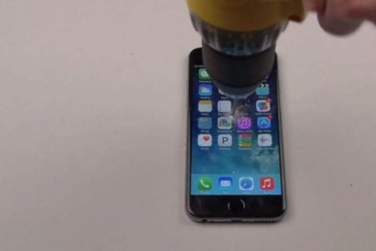iPhone 6 Plus contra un taladro. Foto:vía FullMag / YouTube. Imagen Por: