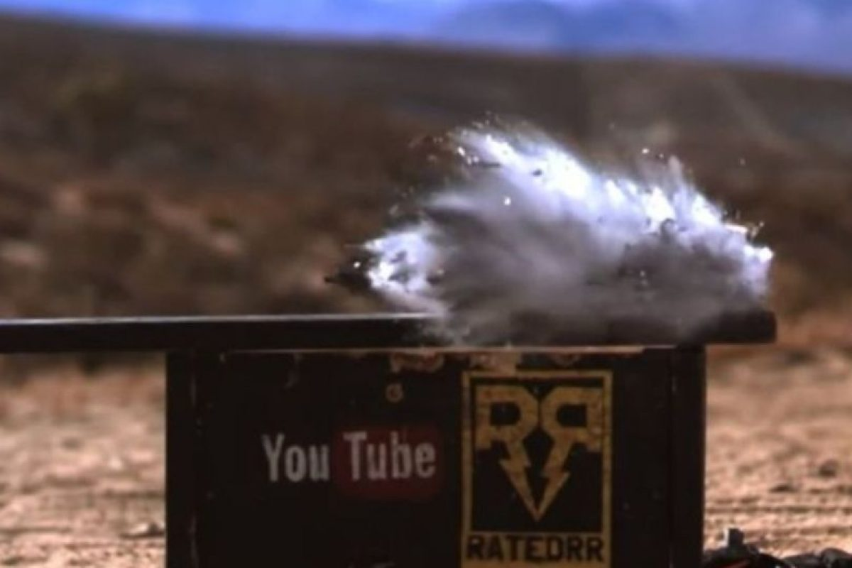 El impacto del calibre 50 destruyó por completo al iPhone 6. Foto:vía FullMag / YouTube. Imagen Por: