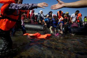 """""""Le enviamos hoy esta carta junto con un chaleco salvavidas que perteneció a una de las 15 mil personas que han sido rescatadas en el Mediterráneo desde el pasado mes de mayo por Médicos Sin Fronteras (MSF). Este chaleco salvavidas es de mala calidad, pero era la única seguridad con la que contaba ese hombre, esa mujer o ese niño mientras intentaba cruzar el mar para llegar a Europa"""", lee la carta. Foto:Getty Images. Imagen Por:"""