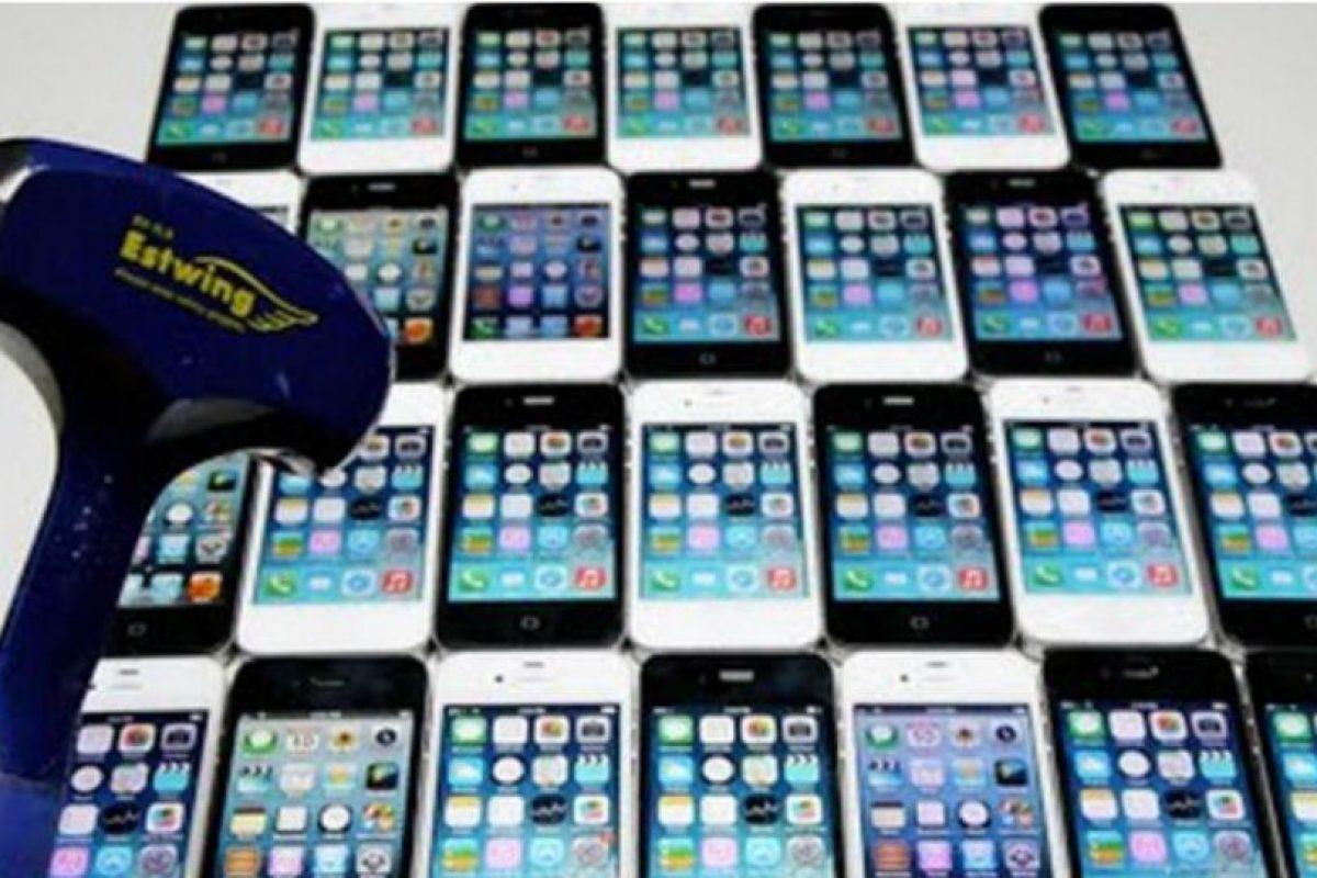 30 iPhones fueron destruidos sin piedad. Foto:vía TechRax / YouTube. Imagen Por:
