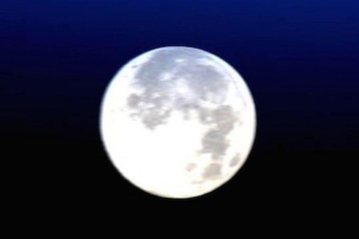 """En honor a la fotografía 'Blue Moon', el astronauta Scott Kelly publicó esta foto de la """"Luna azul"""" vista desde la Estación Espacial Internacional Foto:Instagram.com/NASA. Imagen Por:"""