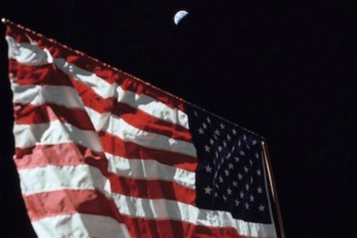 Una fotografía de la bandera estadounidense en la Luna, con la Tierra en el fondo Foto:Instagram.com/NASA. Imagen Por: