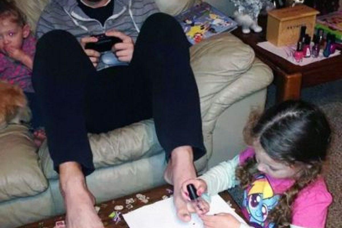A él no le desagrada tener las uñas de los pies pintadas. Foto:Imgur. Imagen Por:
