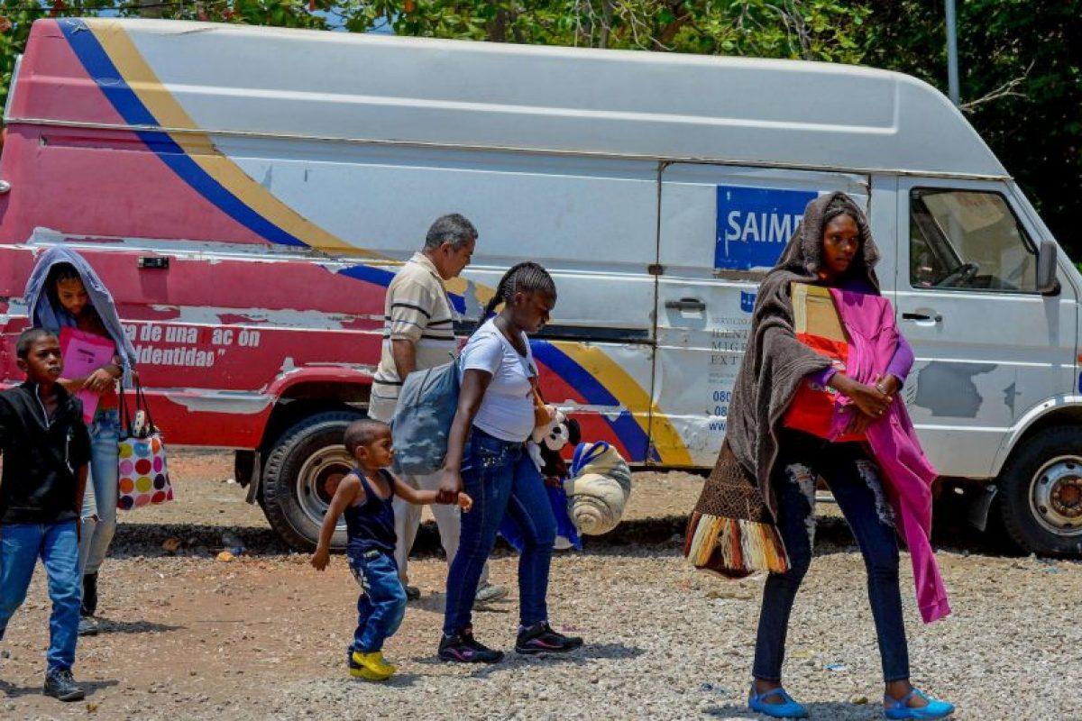 """Y es que, de acuerdo al periódico español """"El Día"""", miles de personas circulaban diariamente entre ambas regiones para contrabandear combustible y otros bienes, por lo que la región colombiana tenía la gasolina más barata del país: 1.76 dólares por galón (3.78 litros), comparado con los 2.58 dólares que cuesta en Bogotá. Foto:AFP. Imagen Por:"""