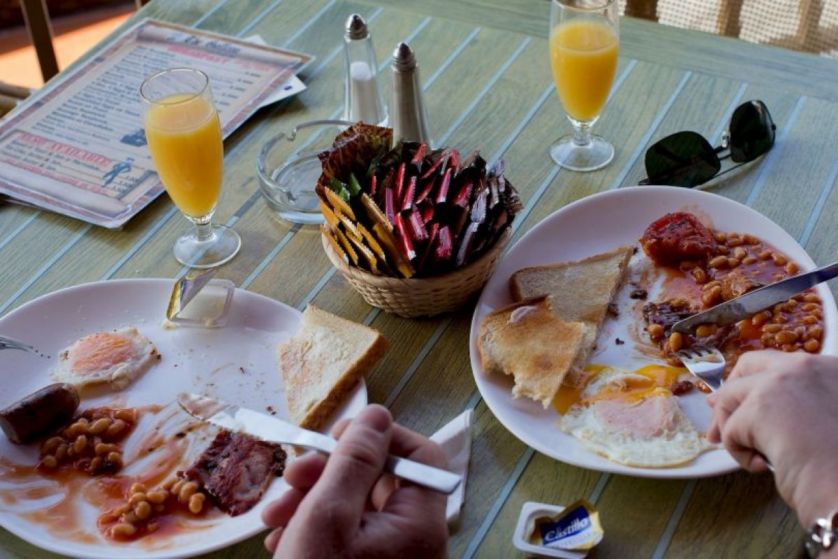 La gente come más si tiene un plato grande con una porción grande de comida. Foto:Getty Images. Imagen Por:
