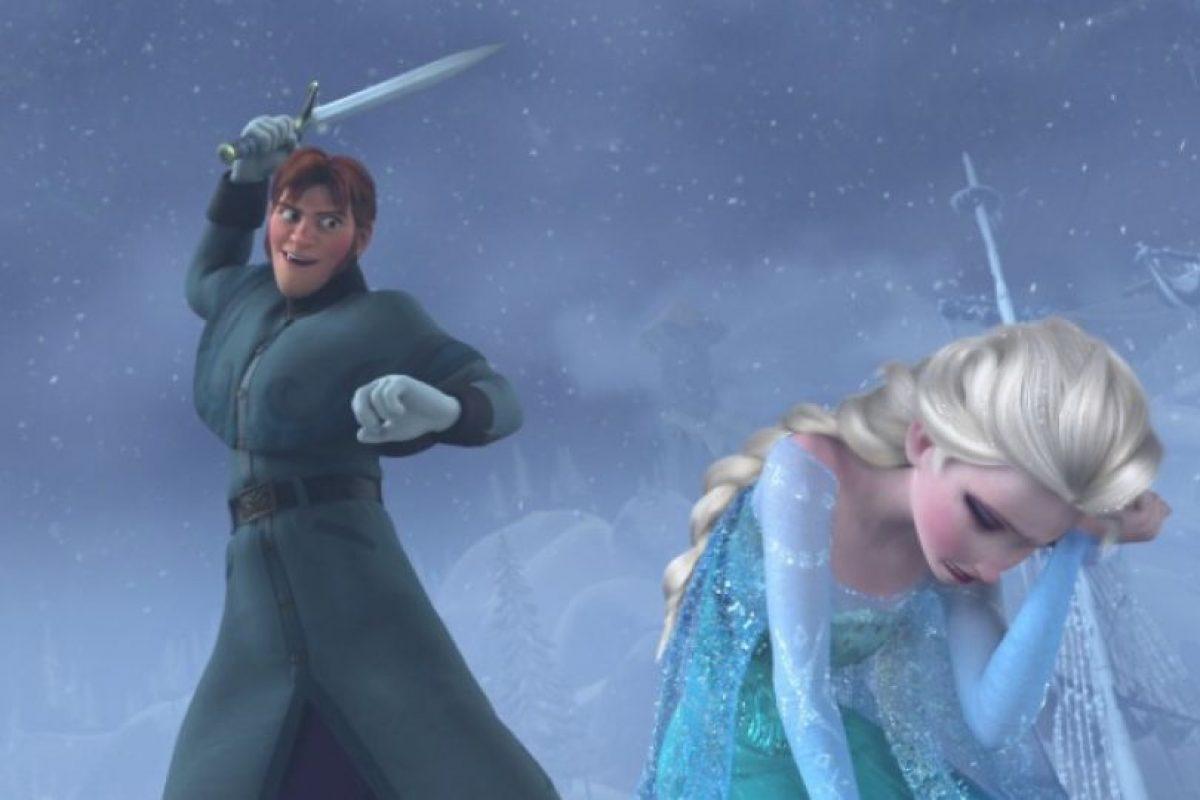 """""""El intento de asesinato del príncipe 'Hans' para con la reina 'Elsa' se realizó en nombre de la nación de 'Arendelle', que ciertamente hubiera sufrido una inmensa pérdida y pérdidas económicas si el invierno se hubiera prolongado aún más"""". Foto:vía facebook.com/DisneyFrozen. Imagen Por:"""