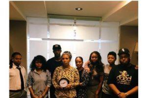 La revista Ebony Magazine también mostró su solidaridad con el adolescente Foto:Twitter.com. Imagen Por: