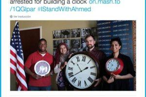 Muestras de apoyo posando con relojes. Foto:Twitter.com. Imagen Por: