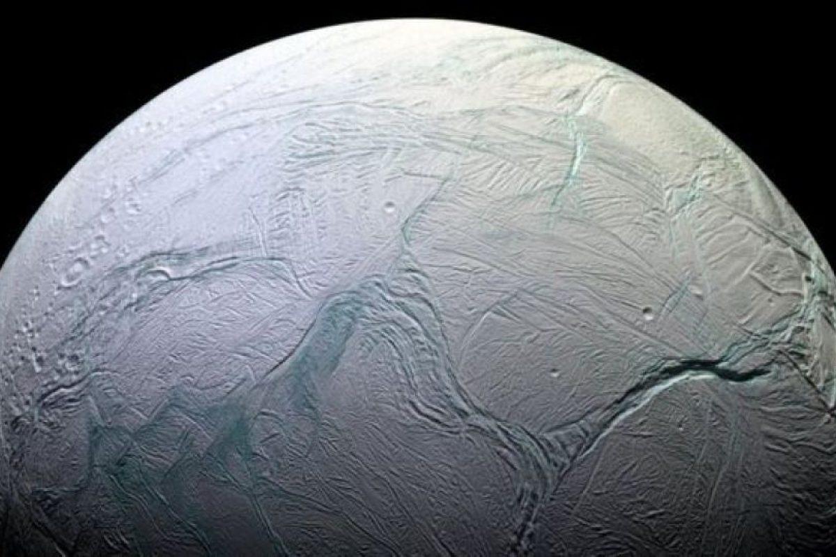 La superficie de Encélado está cubierta de hielo. Foto:Vía nasa.gov. Imagen Por: