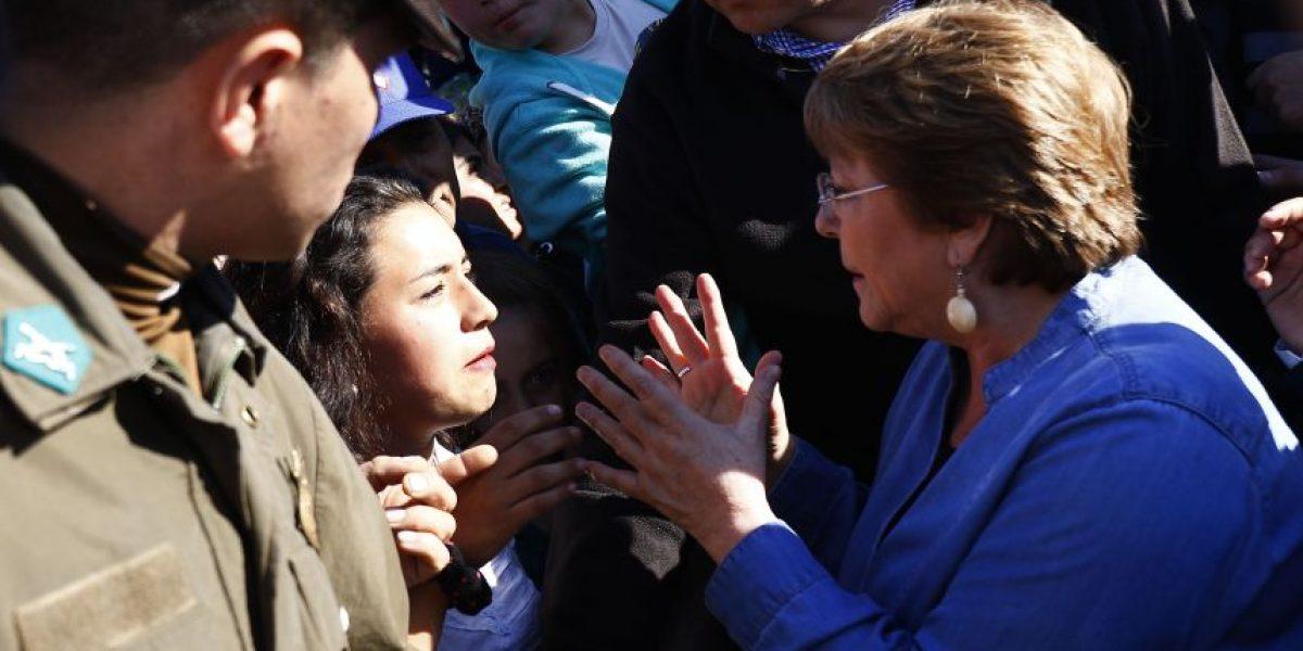 Bachelet da mensaje de aliento a vecinos tras terremoto: