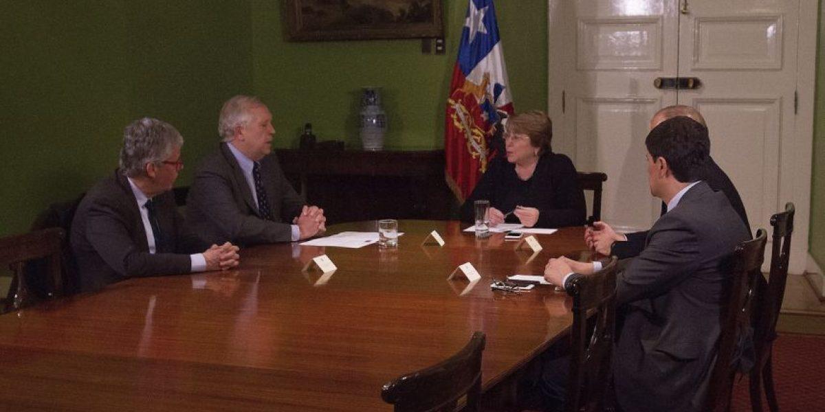 Bachelet cambia de color a emblemático salón de La Moneda y desata la polémica