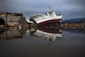 9. 11 de marzo de 2011, Japón: Es el terremoto más poderoso que ha atacado a Japón. Con una magnitud de 9.0, el sismo provocó un tsunami que causó la muerte de más de 15 mil personas, seis mil 150 heridos y más de dos mil 612 personas desaparecidas. Foto:Getty Images. Imagen Por: