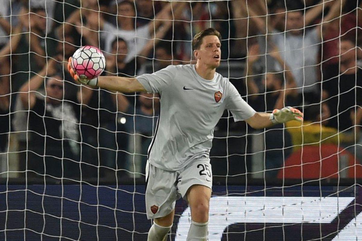 El portero polaco se dislocó un dedo en el partido ante Barcelona Foto:Getty Images. Imagen Por: