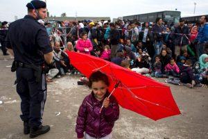 Migrantes esperan autobús en la frontera de Hungría y Serbia. Foto:AFP. Imagen Por:
