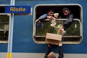 Migrantes reciben desayuno en Hungría. Foto:AFP. Imagen Por: