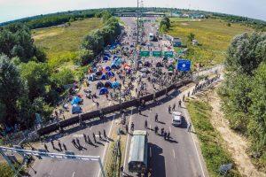 Fotografía aérea de migrantes en la frontera de Hungría y Serbia. Foto:AFP. Imagen Por: