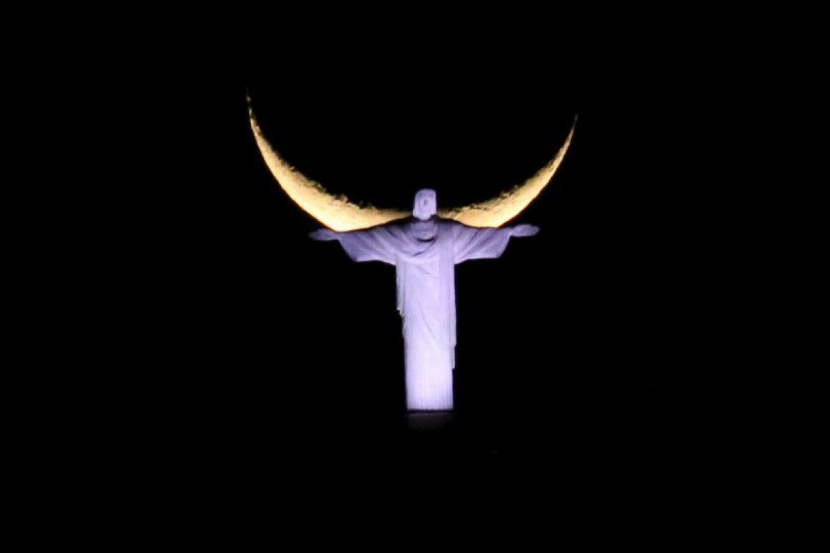 Cristo Redentor en Brasil y luna nueva. Foto:AFP. Imagen Por: