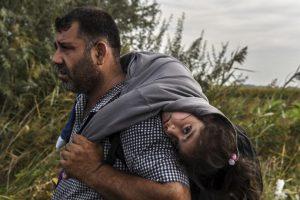 Refugiado carga a una niña en la frontera de Serbia y Macedonia. Foto:AFP. Imagen Por: