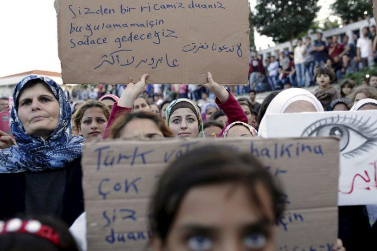 Protesta de migrantes y refugiados contra bloqueo de frontera en Turquía. Foto:AFP. Imagen Por: