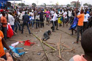 Hombre golpeado por ser parte de ser parte de una pandilla pro-gobierno que atacó a su manifestación en Kinshasa. Foto:AFP. Imagen Por: