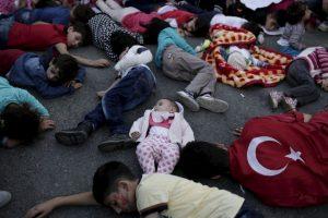 Migrantes y refugiados durante una protesta en Turquía. Foto:AFP. Imagen Por: