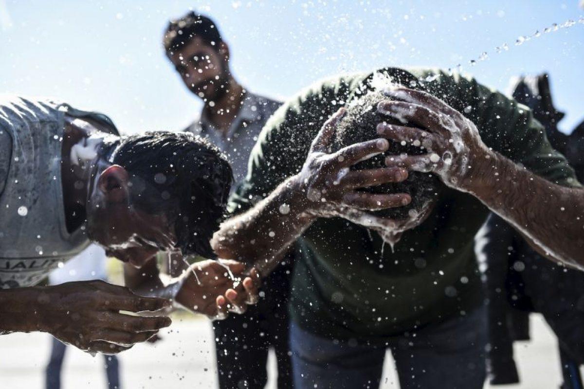 Migrantes bañándose en Turquía. Foto:AFP. Imagen Por: