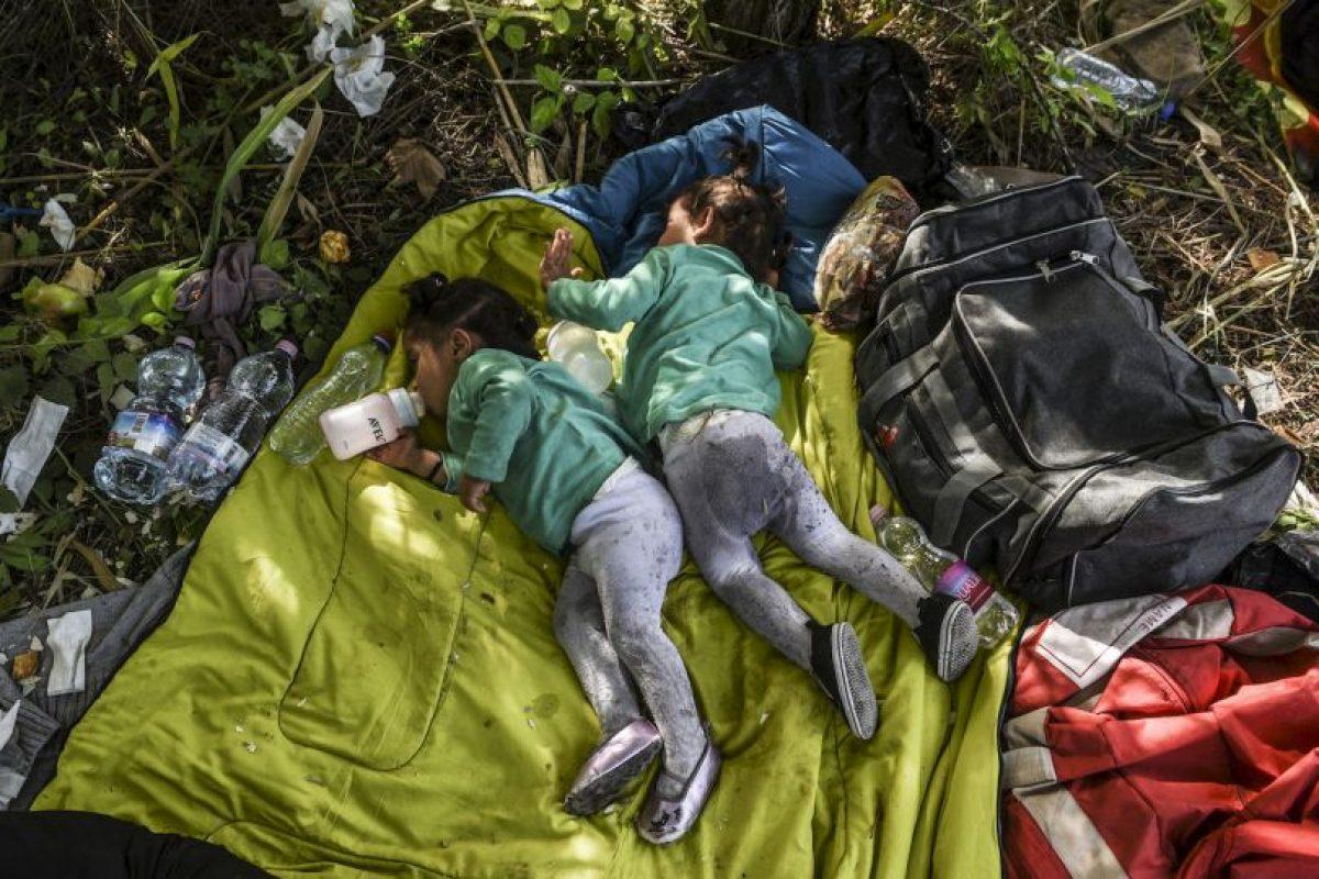 Refugiadas sirias duermen en la frontera de Serbia y Hungría. Foto:AFP. Imagen Por: