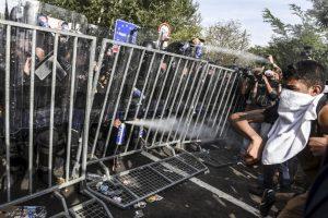 Policía antidisturbios de Hungría lanza gas pimienta a migrantes. Foto:AFP. Imagen Por: