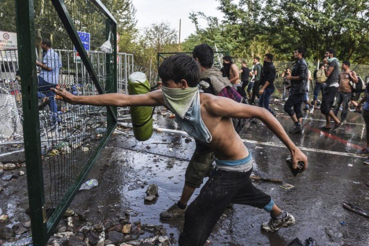 Migrantes lanzan rocas a la policía antidisturbios en Hungría. Foto:AFP. Imagen Por: