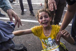 Niña llora al haber sido rociada con gas pimienta en Hungría. Foto:AFP. Imagen Por: