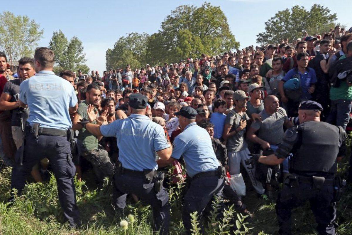 Refugiados rompen un cordon policial para tratar de entrar a Croacia. Foto:AFP. Imagen Por: