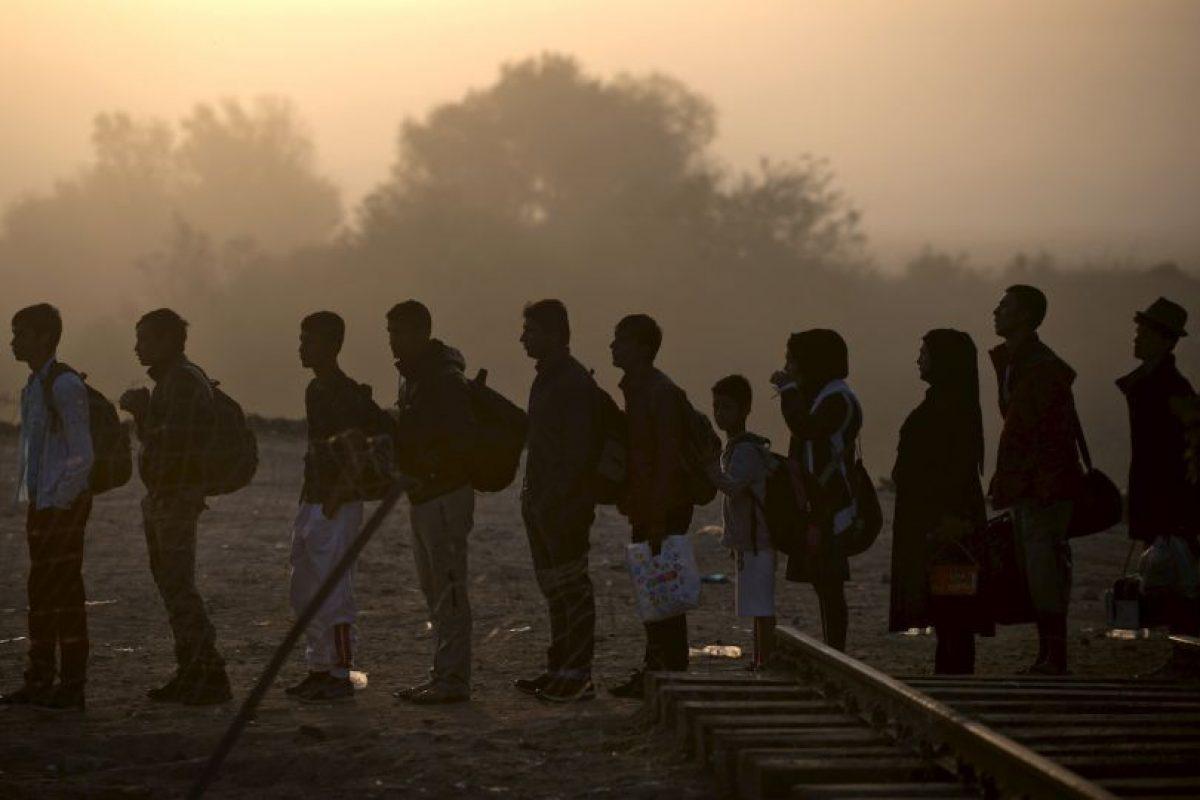 Migrantes y refugiados esperan formados para poder cruzar la frontera de Grecia y Macedonia. Foto:AFP. Imagen Por: