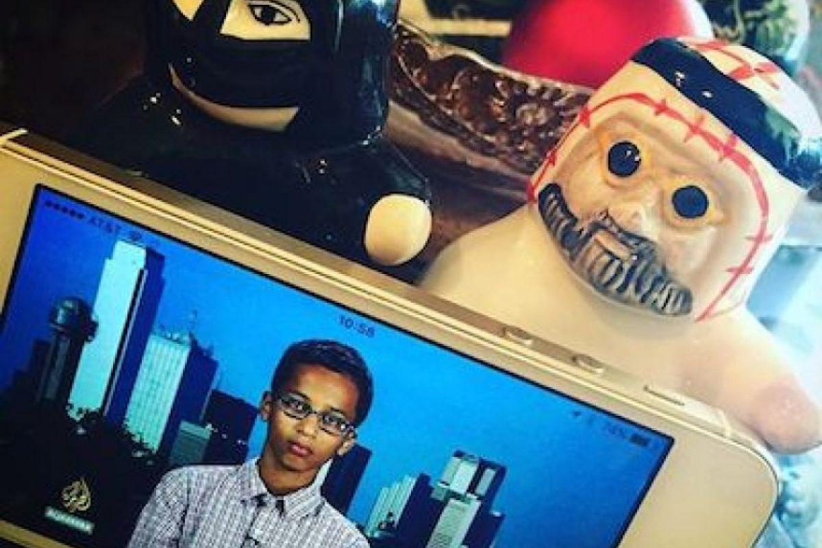 Además, musulmanes de todo el mundo posaron su fotografías de él o relojes en su apoyo Foto:Instagram.com/explore/tags/istandwithahmed/. Imagen Por: