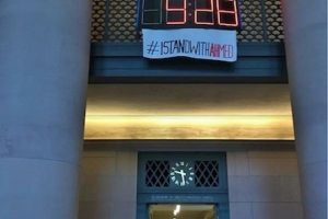 """Y hoy en el MIT, apareció una manta con la leyenda """"#IStandWithAhmed"""" (Yo apoyo a Ahmed) Foto:Instagram.com/explore/tags/istandwithahmed/. Imagen Por:"""