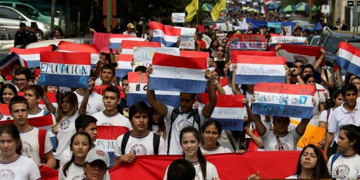 Miles de estudiantes paraguayos piden mejoras educativas en una