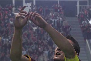 El festejo con selfie de Francesco Totti. Foto:Konami. Imagen Por: