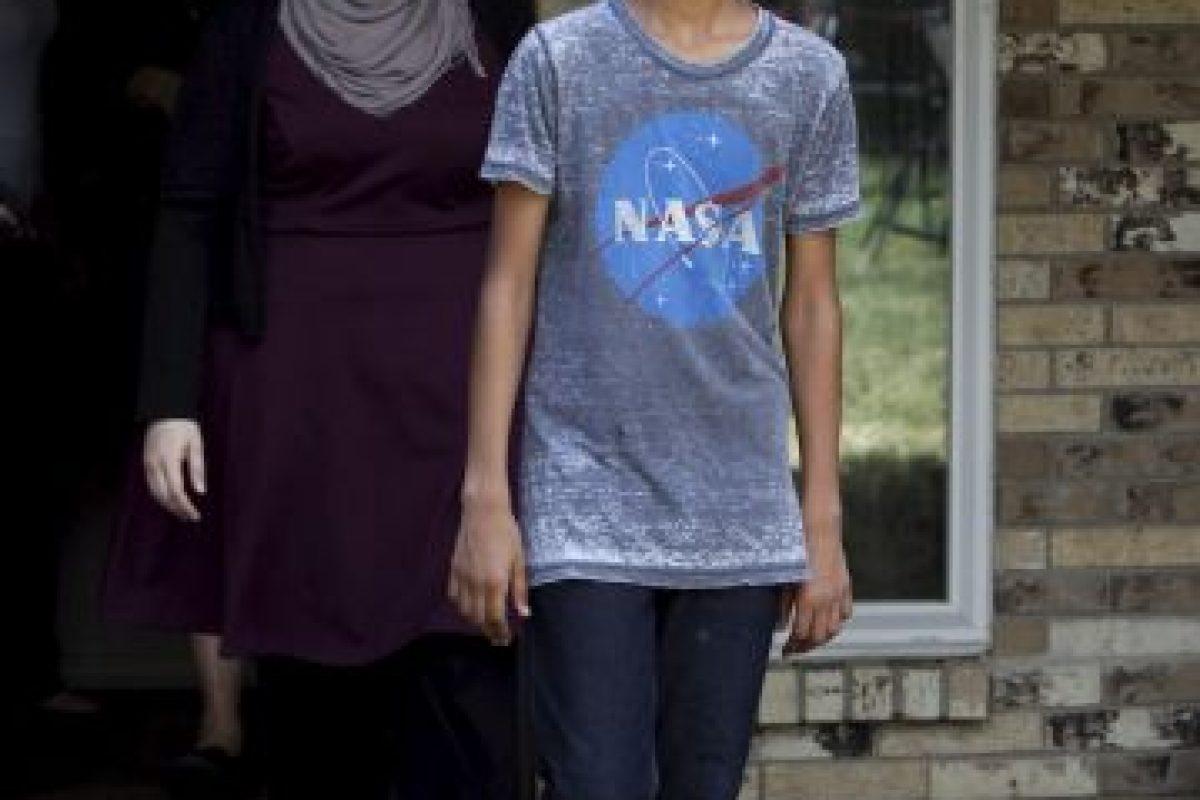 La imagen de él esposado y vistiendo una camiseta de la NASA le dio la vuelta al mundo Foto:Getty Images. Imagen Por: