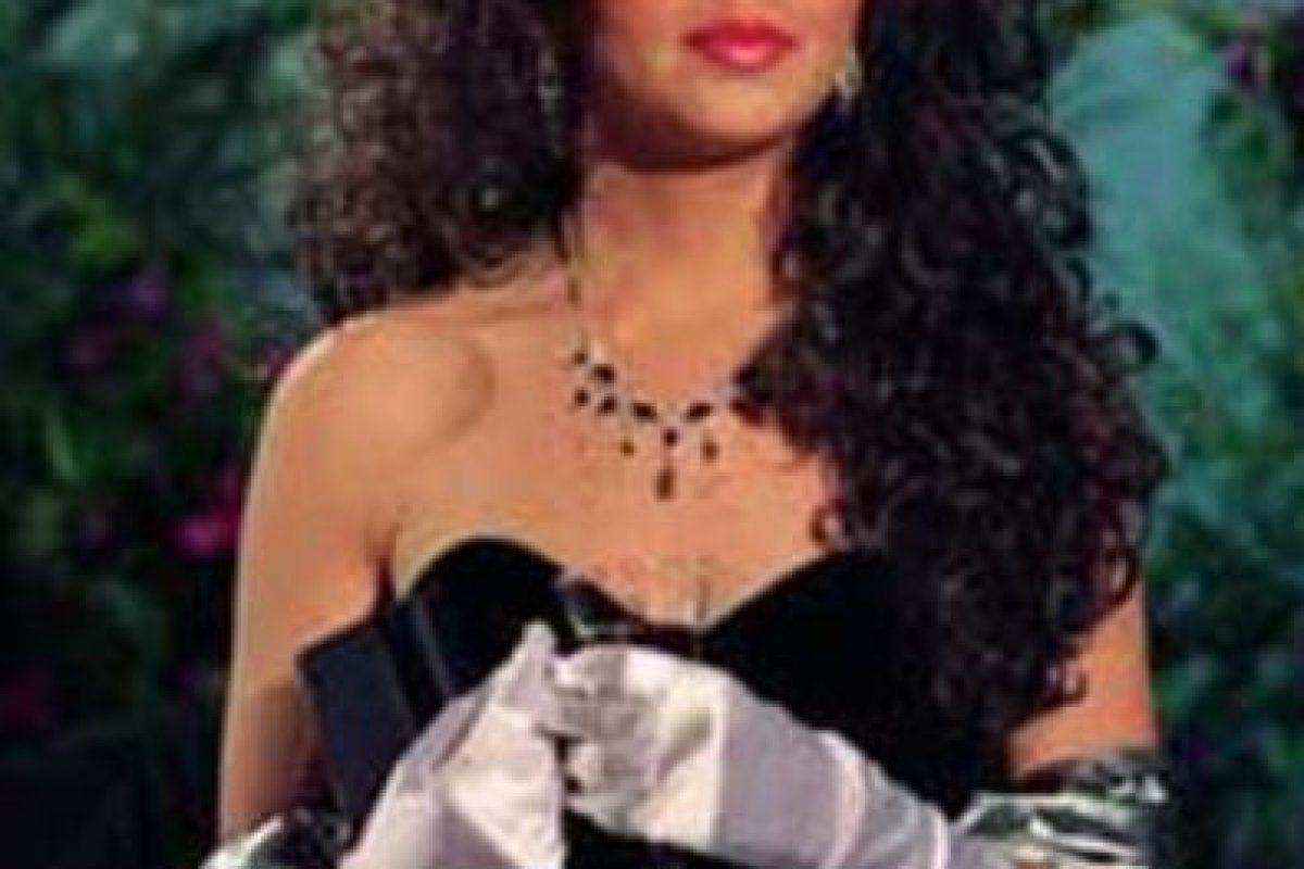 Acá, con otro vestido negro y guantes. Foto:vía Canal de las Estrellas. Imagen Por: