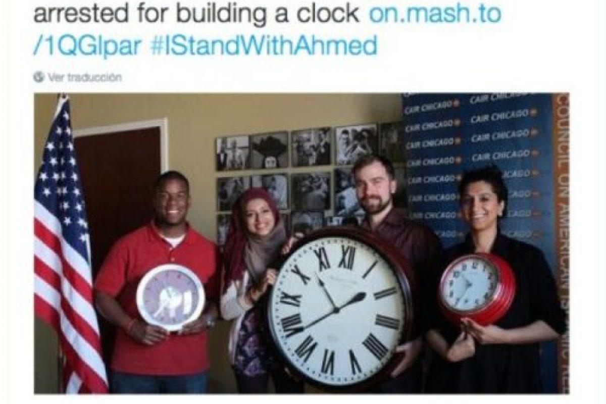 Muestras de apoyo posando con relojes. Foto:vía Twitter. Imagen Por: