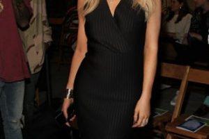 El vestido estaba bien… hasta que se puso las botas y nos dimos cuenta de que parecía la versión joven de Donatella Versace. Foto:vía Getty Images. Imagen Por: