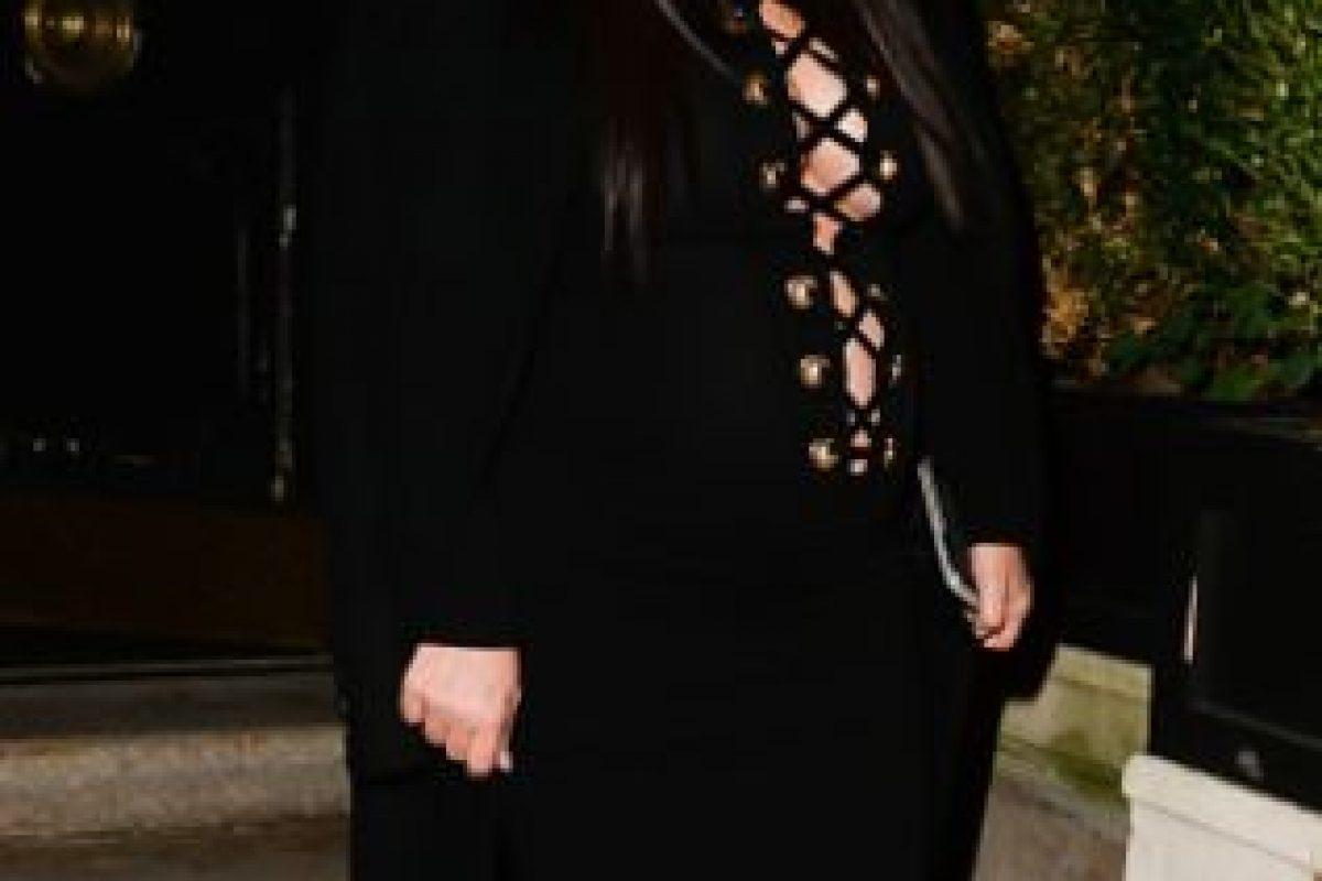 Esto ya es tan característico de Kim. Como no le funcionó en los VMA´S en caqui, lo intentó en negro. Foto:vía Getty Images. Imagen Por:
