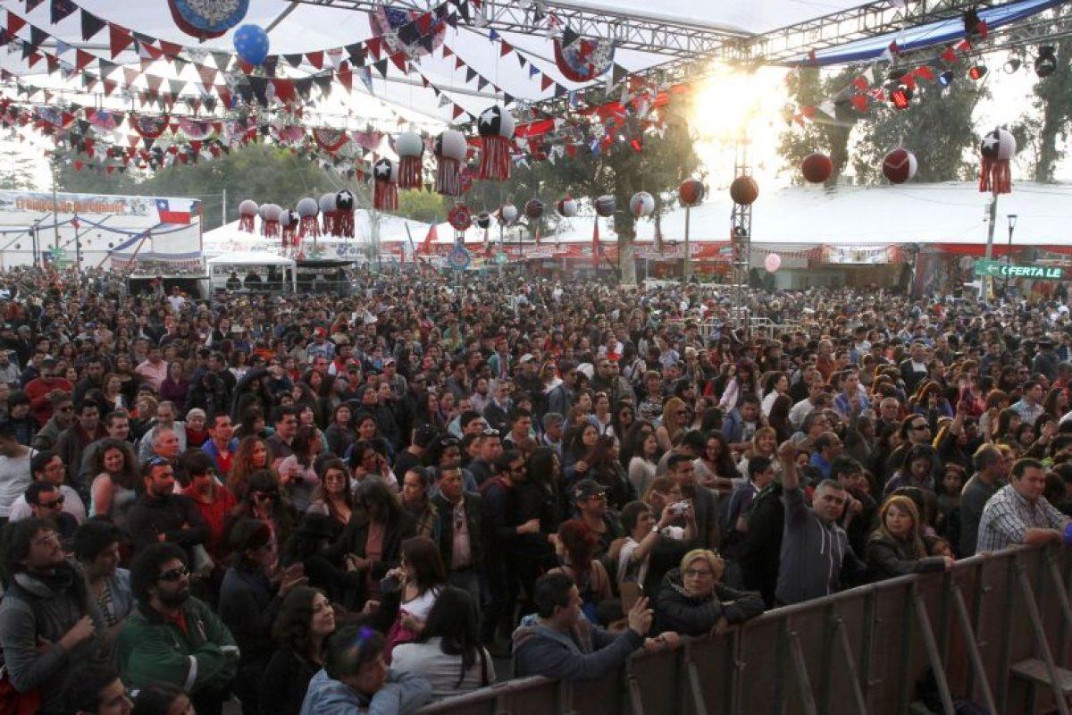Miles de capitalinos festejan la indepencia del país en las tradicionales fondas del parque O'Higgins. Foto:Aton. Imagen Por: