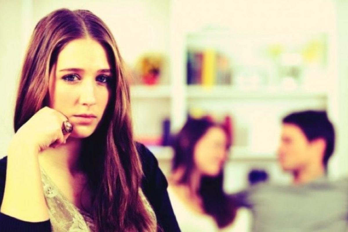 La persona celosa no permite que su pareja le cuente sobre algún amigo o amiga y mucho menos ver a su cónyuge o novio(a) hablando con alguien sin estar él o ella presente. Foto:Tumblr. Imagen Por: