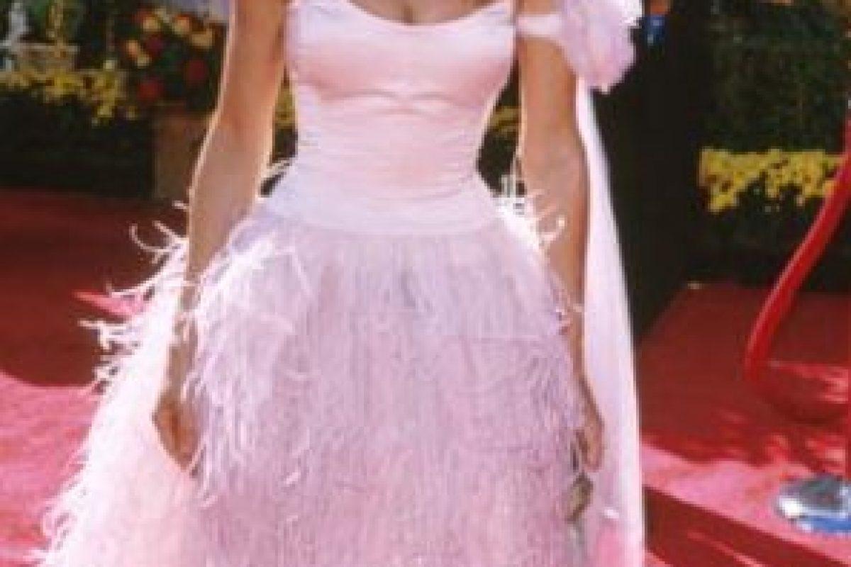 """Sarah Jessica Parker en 2001, recordando por qué nunca pudo despegarse de """"Carrie Bradshaw""""… y por qué Carrie a veces desconcertaba con su estilo. Ella desplumó al cisne de Björk. Foto:vía Getty Images. Imagen Por:"""