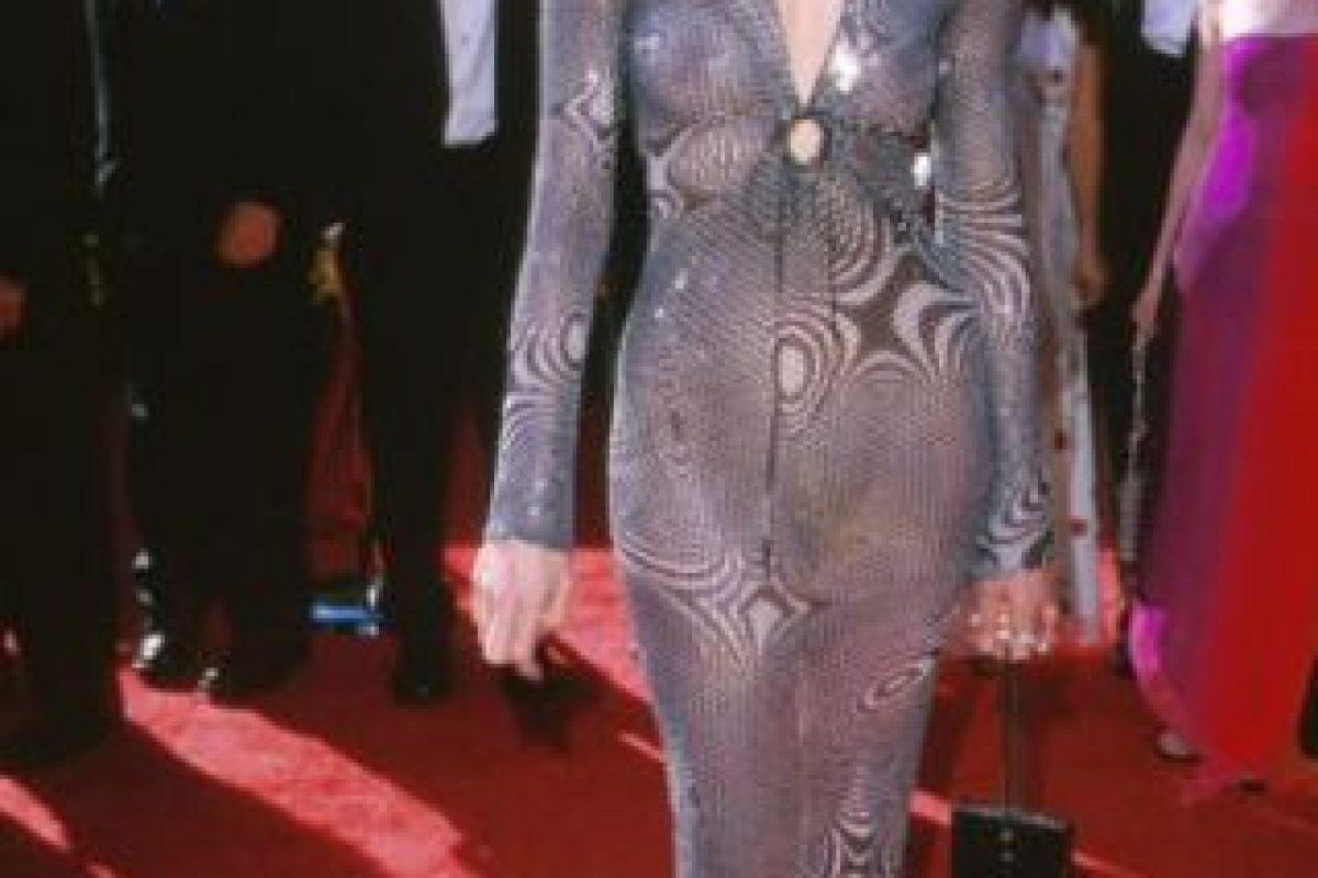 Geena Davis en 2000, tratando de imitar- pobremente- a JLo con su Versace. Foto:vía Getty Images. Imagen Por:
