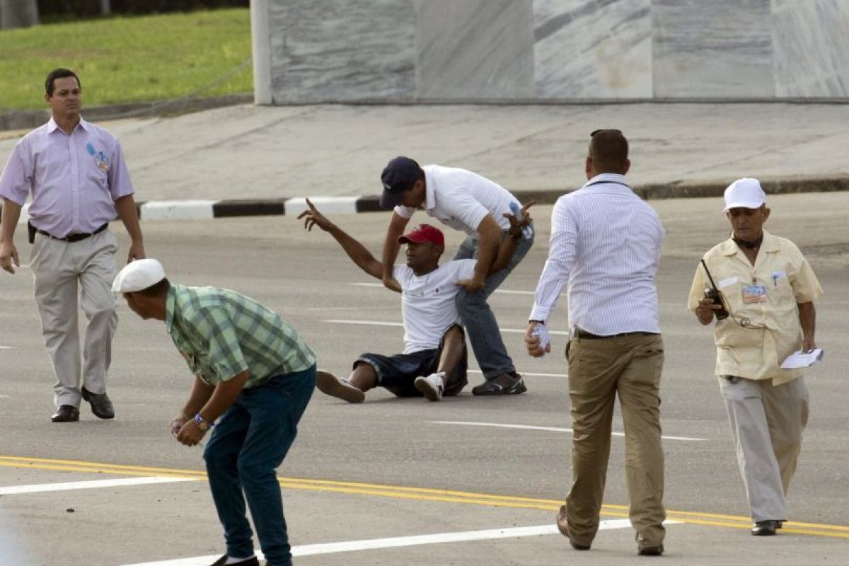 Por otro lado, dos hombres fueron detenidos por lanzar folletos durante la misa. Foto:AP. Imagen Por: